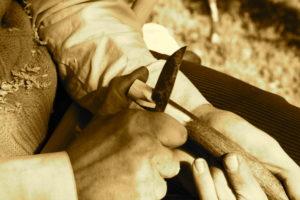 Nun passe ich einen Kern aus Hartriegel Holz exakt anliegend ein.