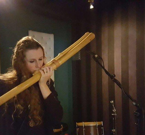 Fabienne Kirschke im Studio mit Bass Obertonflöte