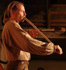 Max Brumberg spielt Obertonflöte auf dem Klangrauschtreffen