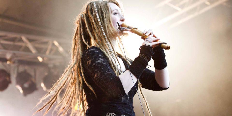Nina Green von Waldkauz spielt eine Doppelflöte